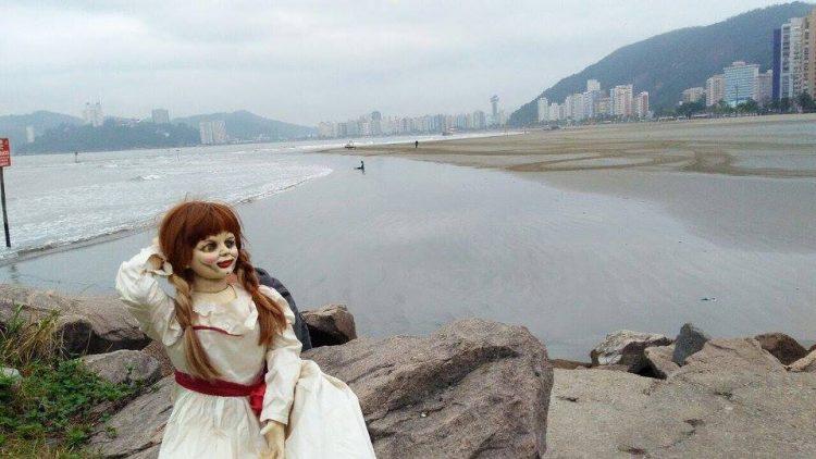 Boneca Annabelle faz ensaio fotográfico em Santos