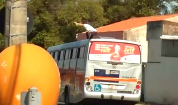 """Gente! Homem é flagrado """"surfando"""" no teto de um ônibus em Bauru"""