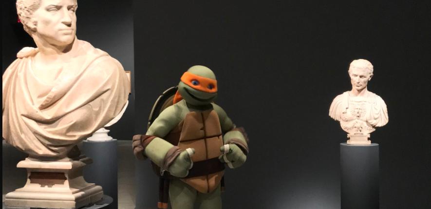Tartaruga Ninja visita exposição sobre o artista Michelangelo