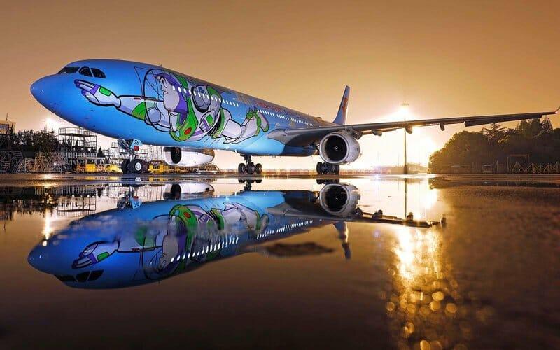 """""""Ao infinito… E além"""": companhia aérea recria """"Toy Story"""" por inteiro"""