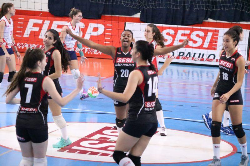 Equipes de base do Sesi Vôlei Bauru disputam jogos no Paulista e amistosos com seleção peruana