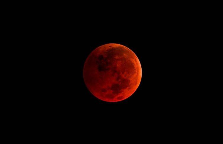 Eclipse lunar: saiba que horas será possível ver a lua de sangue mais longa do século