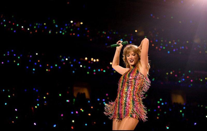Fã de Taylor Swift aproveita a época natalina e transforma casa em um show de luzes com repertório da cantora; confira!