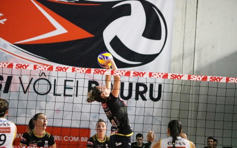 Sesi Vôlei Bauru enfrenta Praia Clube no primeiro jogo das semifinais da Superliga